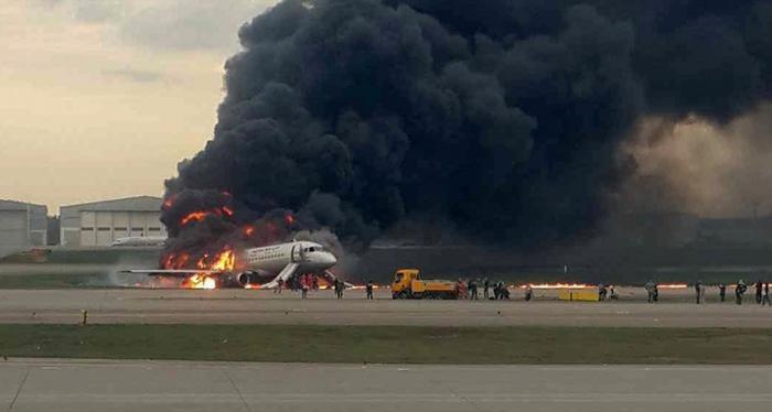 Aterrizaje de emergencia en Moscú deja 41 muertos