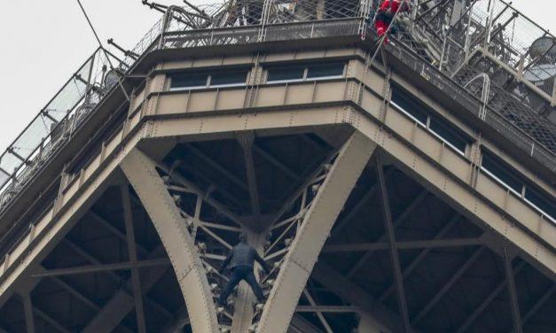 Evacúan a turistas de Torre Eiffel por hombre que intenta escalarla