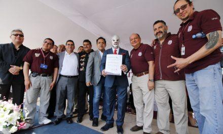 El Hijo del Santo recibe reconocimiento como embajador cultural del IPN
