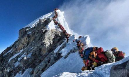 Gran afluencia de montañistas en el Everest; mueren dos