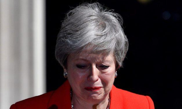 Dimite Theresa May, ministra británica