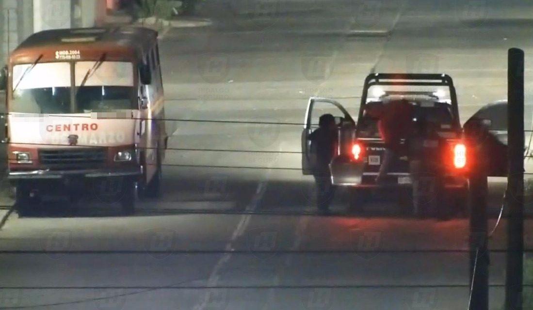 Detienen a sujetos que intentaban abrir una camioneta