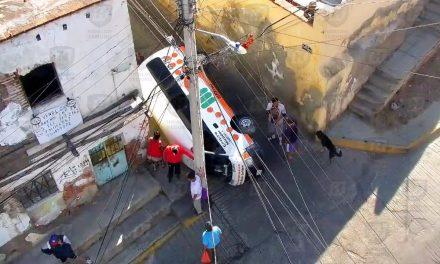 Vuelca camioneta del transporte público en el centro de Pachuca
