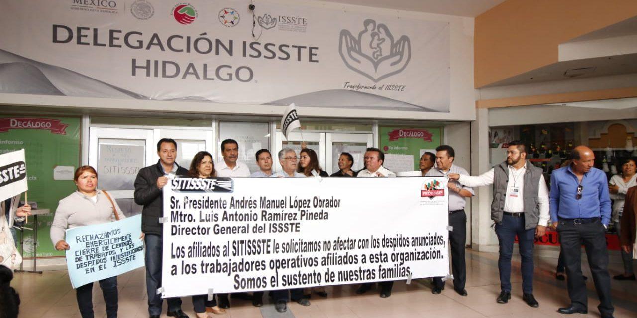 Protestan trabajadores del ISSSTE por despidos injustificados