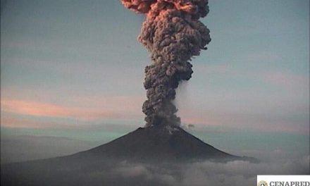 Popocatépetl emite fumarola de más de 4 kilómetros de alto