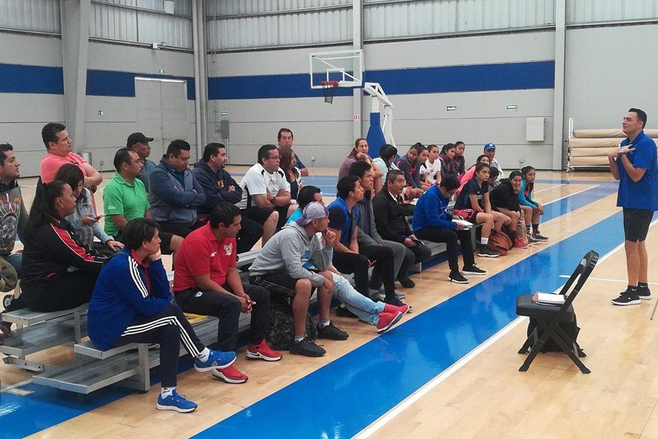 Sergio Molina impartió sesión técnica a entrenadores de basquetbol