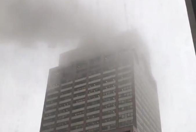 Helicóptero se estrella con edificio en Nueva York