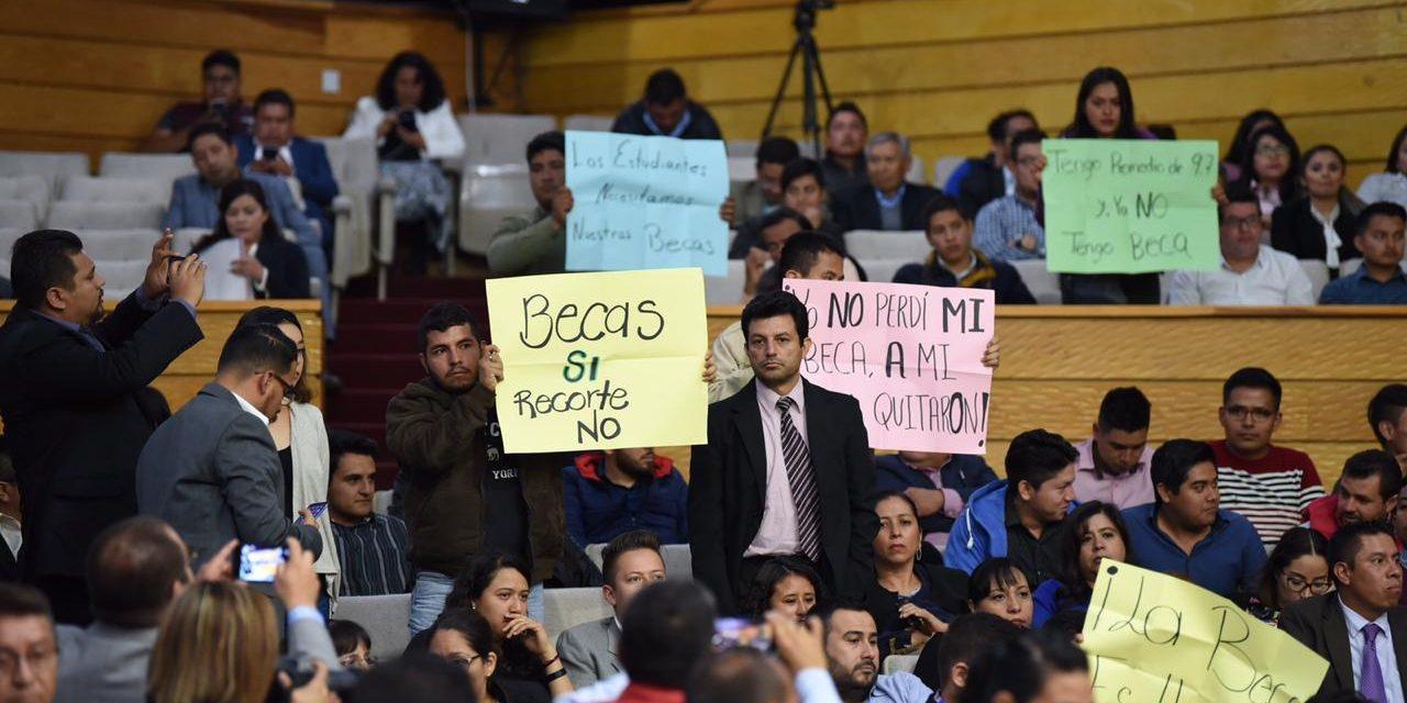 Protestan universitarios en el Congreso local recortes presupuestales
