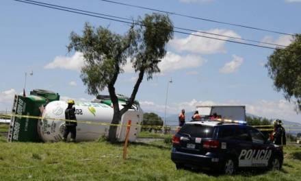 Vuelca pipa de gas en la México-Pachuca; no hay riesgo