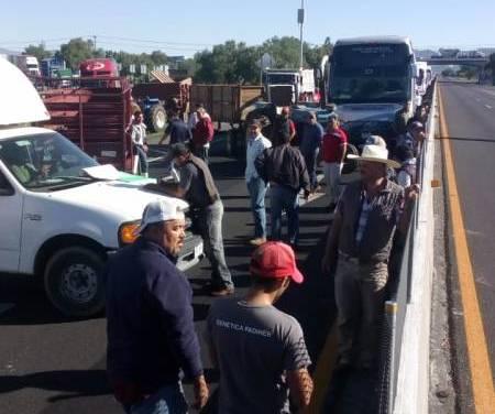 Reportan bloqueos en 2 carreteras federales