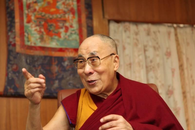Dalai Lama dice que si lo sucede una mujer debe ser atractiva