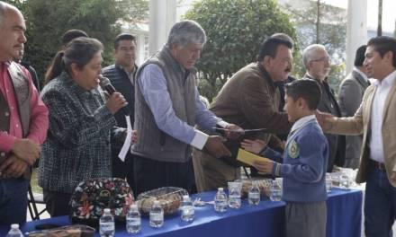 Alcalde reconoce a niños destacados en Olimpiadas del Conocimiento y de Matemáticas