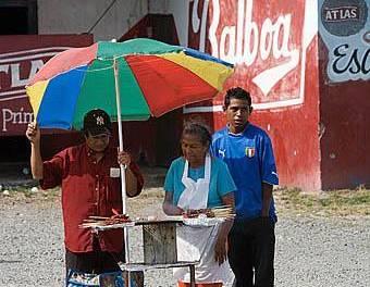 Acusan de cobro indebido a comerciantes en La Reforma