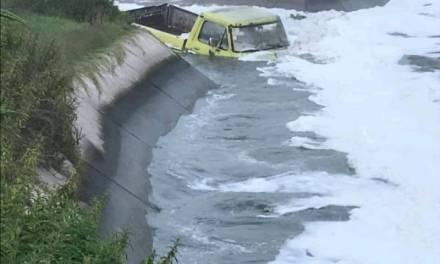 Conductor cae con su camioneta a canal en Mixquiahuala