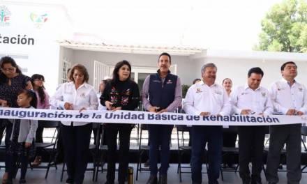 Omar Fayad y su esposa Victoria Ruffo entregaron una UBR, con una inversión de 1.7 mdp