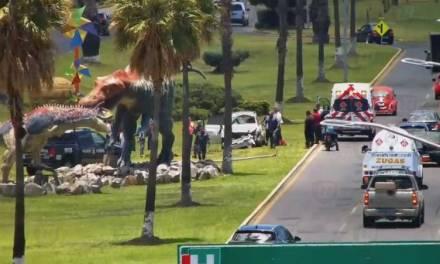 Vuelca camioneta frente al Museo El Rehilete