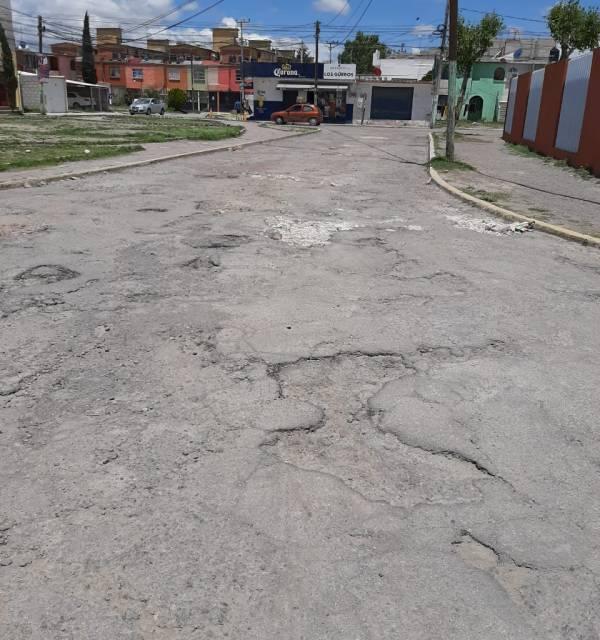 En Villas de Pachuca circulan en sentido contrario para evitar baches