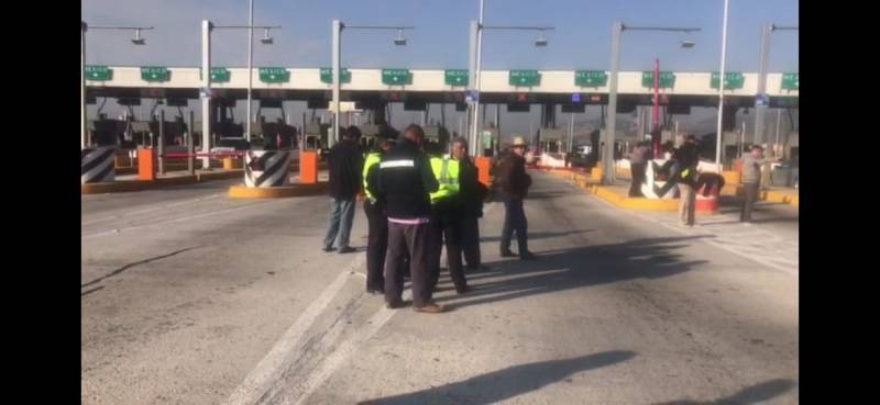 Choferes se manifiestan en caseta de la México-Pachuca