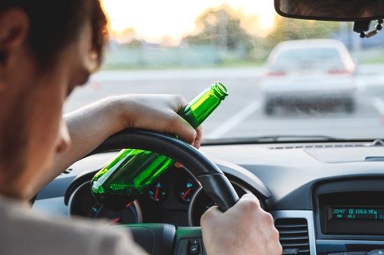 Proponen revocar licencias a quien conduzca bajo los influjos de alcohol o drogas