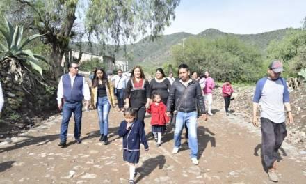 Alcaldesa de San Salvador presume empedrado con tepetate