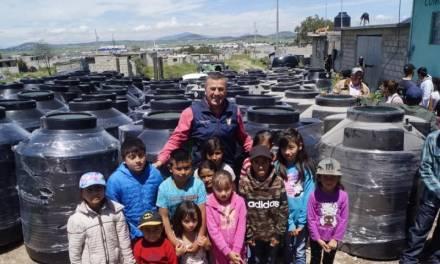 Alcalde de Tepeapulco entrega tinacos de agua a familias vulnerables