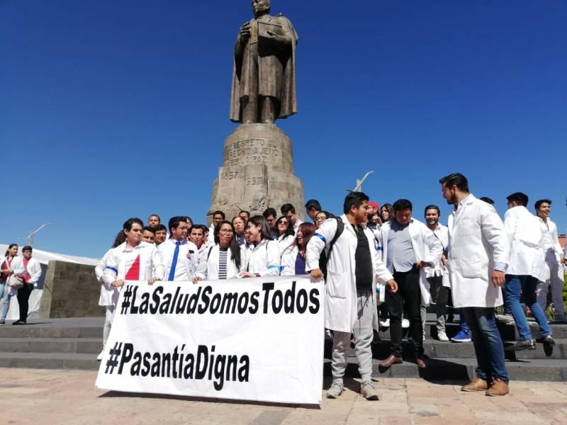 Médicos pasantes de Hidalgo se manifiestan por eliminación de becas