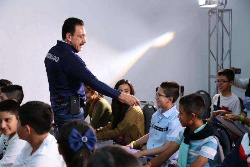 Convive Omar Fayad con estudiantes destacados