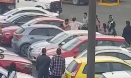 Graban pelea entre jóvenes en Plaza del Valle