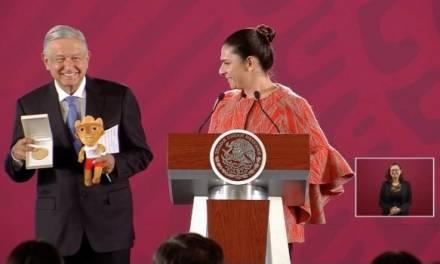 Ana Guevara entrega medalla a Amlo por apoyar a deportistas de Panamericanos