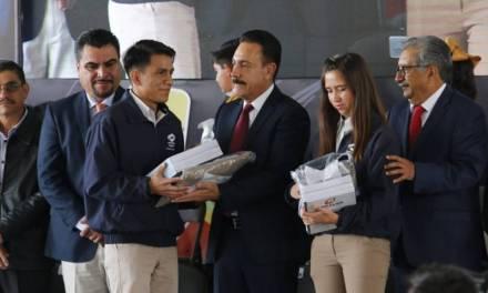 Más 600 mil estudiantes de Educación Básica recibieron útiles y uniformes escolares