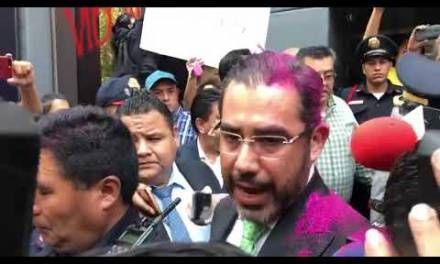 Manifestantes lanzan pintura a Jesús Orta; Sheinbaum desestima protestas