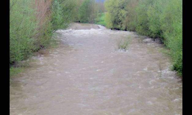 Mueren dos niños rarámuris al intentar cruzar un río en Chihuahua