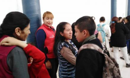 Entregan becas a 9 menores en riesgo de deserción escolar