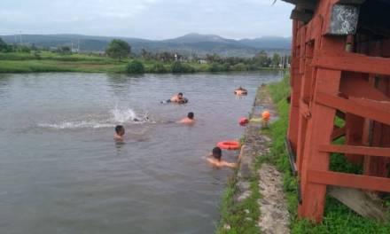 Elementos de PC y Bomberos de Santiago se capacitan en natación y rescate