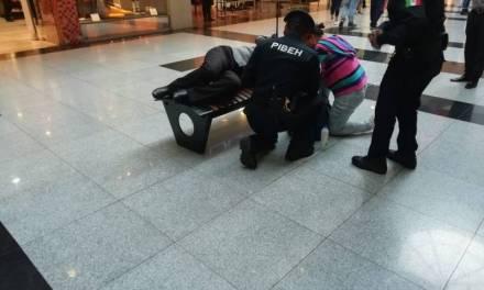 Brindan primeros auxilios a mujer que se desvaneció en Plaza Galerías