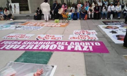 Grupos Provida bloquean accesos en el Senado