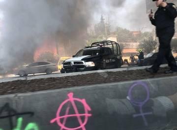 Encapuchados bloquean Periférico Sur y realizan quemas, pese a advertencias de AMLO
