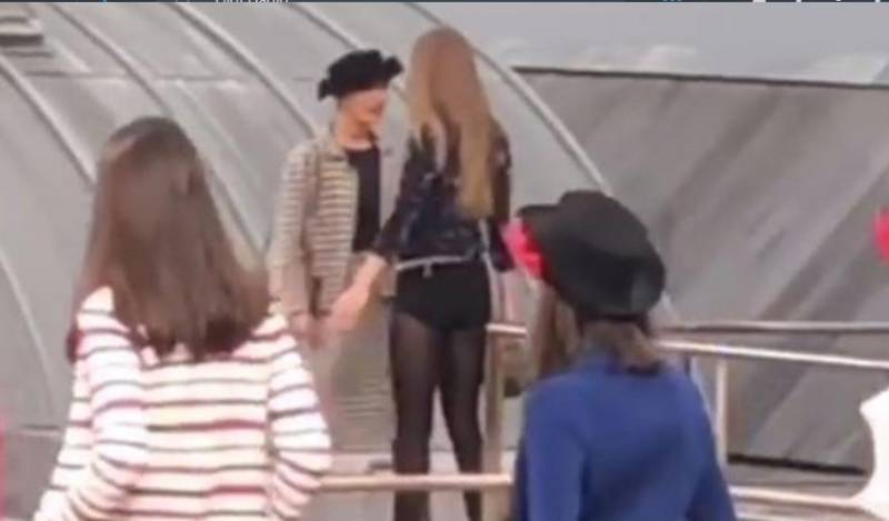 Mujer se coló en desfile de Chanel en parís