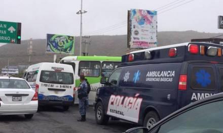 Choque entre camioneta de transporte público y Tuzobús deja dos heridos