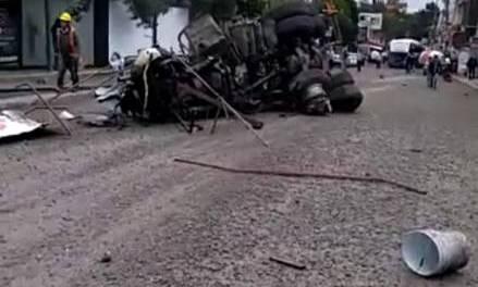 Se registra choque entre revolvedora y autobús