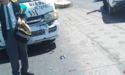 Unidad del transporte público embistió a camioneta