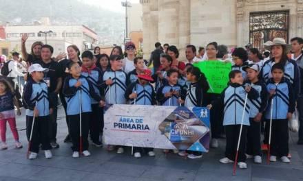 Niños y jóvenes ciegos realizan marcha para promover sus derechos
