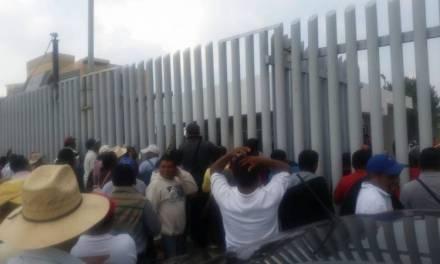 Manifestantes del Mezquital cierran Congreso del Estado