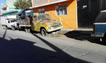 Piden retiro de autos abandonados en vía pública en Tulancingo