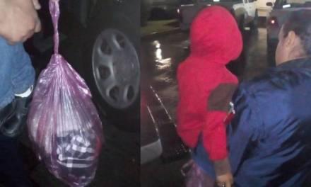 Madre echa a su hijo de 5 años a la calle, con todo y su ropa en bolsas de plástico