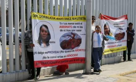 """Exhiben ciudadanos a diputados """"abortistas"""" en el Congreso del Estado"""