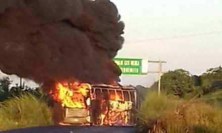 Incendian camiones para bloquear carretera Acapulco-Zihuatanejo