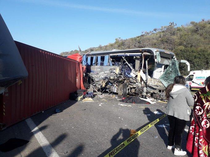 Mueren dos personas en choque entre autobús y tráiler en Michoacán