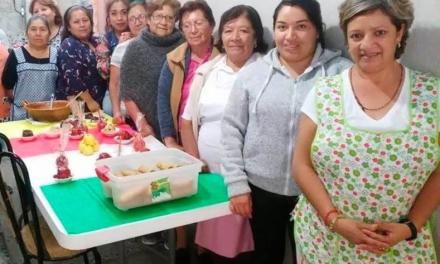 Mujeres santiaguenses reciben créditos y becas