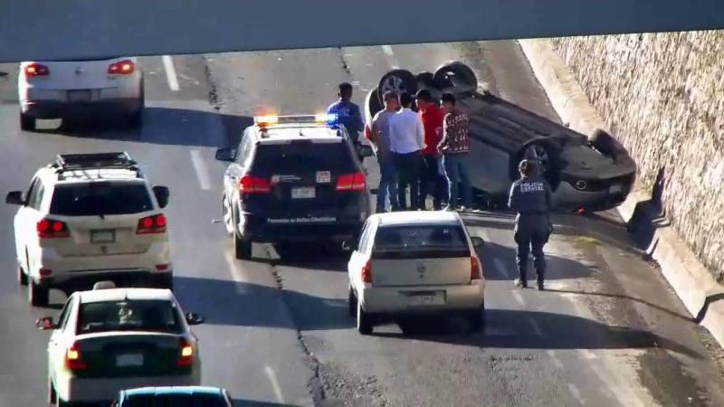 Sujeto en estado de ebriedad volcó su vehículo frente a Torres de Rectoría